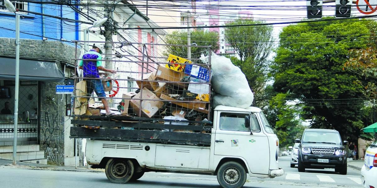 Catadores de recicláveis trafegam em veículos inseguros e até pendurados
