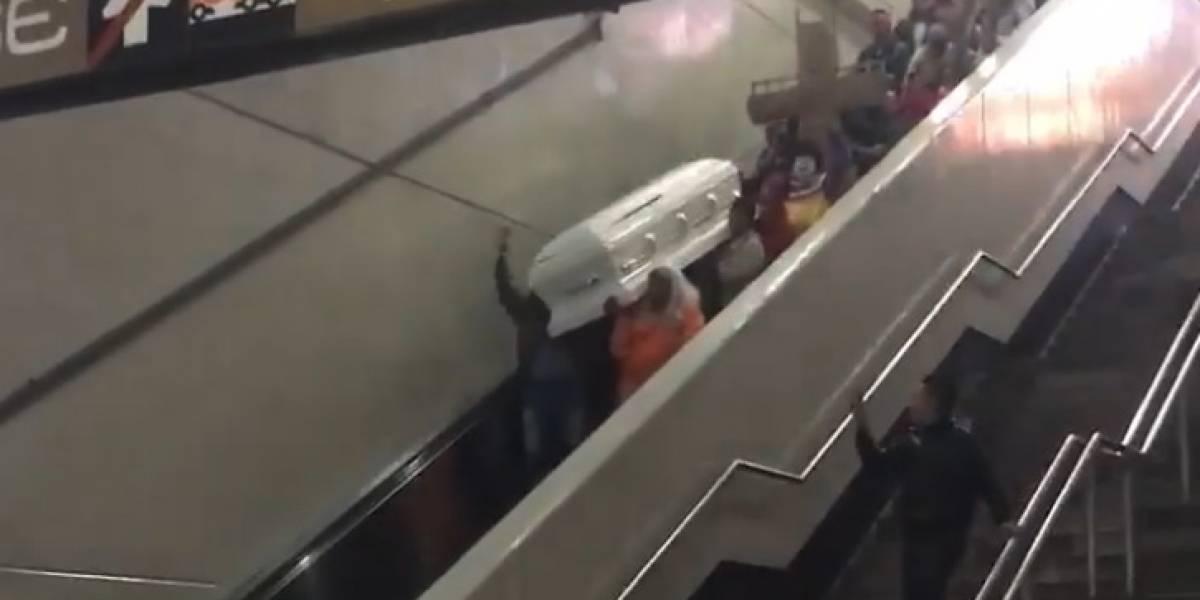La historia detrás del ataúd que viajaba en el Metro