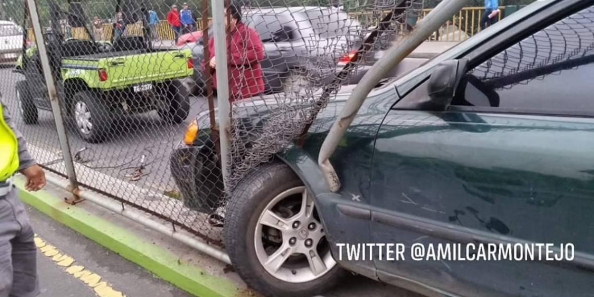 Empotran vehículo en estructura metálica sobre puente el Trébol