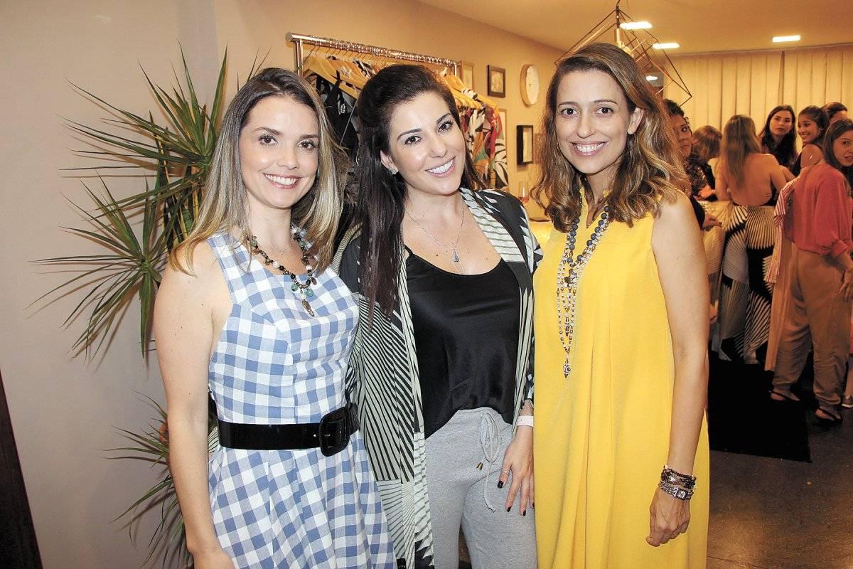 As empresárias Natália Aliani e Bebel Lobo receberam amigas, clientes e parceiras para coquetel descontraído. Na foto, elas ladeiam Renata Camargo Divulgação