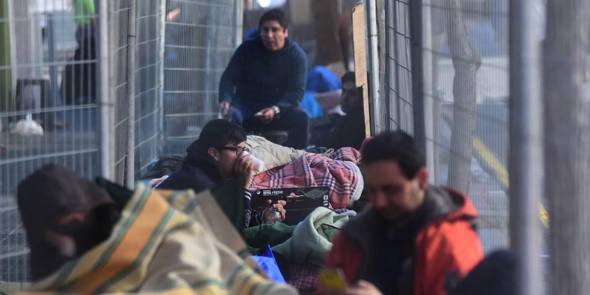 """La agobiante espera por """"venta bodega"""" de computación: decenas acampan desde el jueves"""