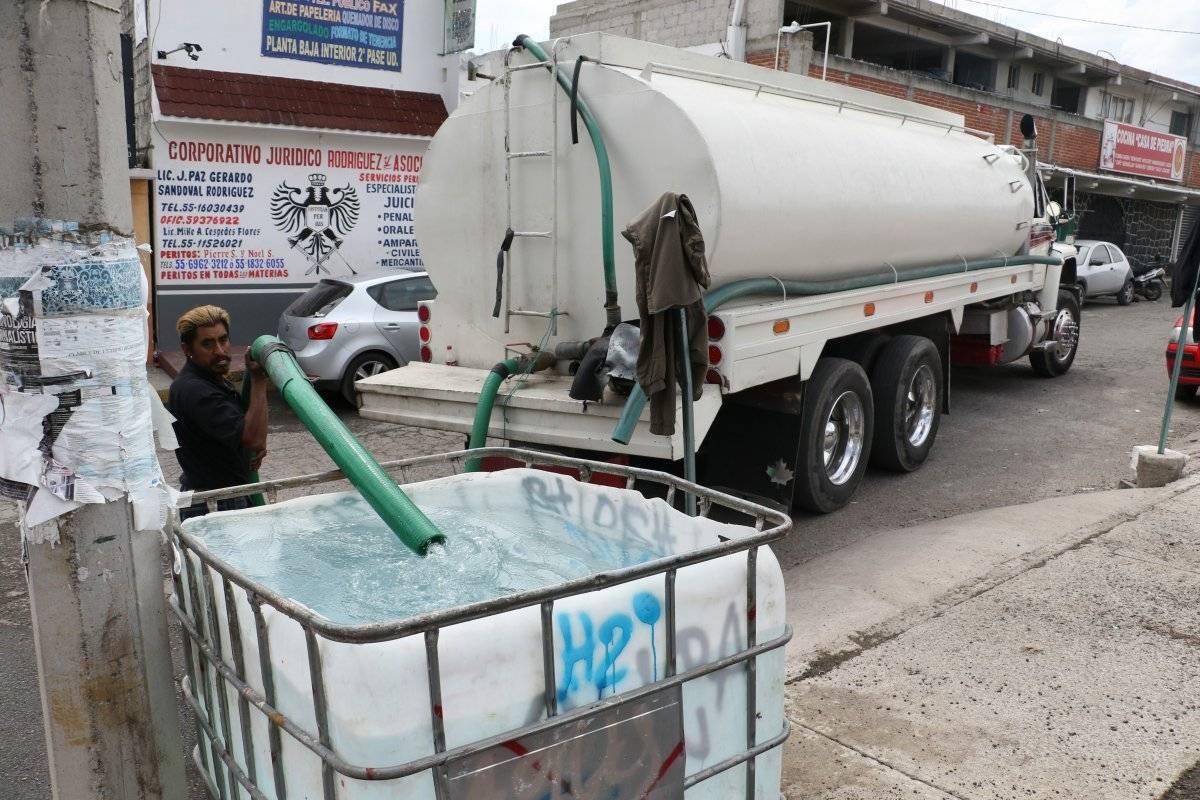 Los capitalinos piden sanciones para quien desperdicie líquido. Foto: Cuartoscuro