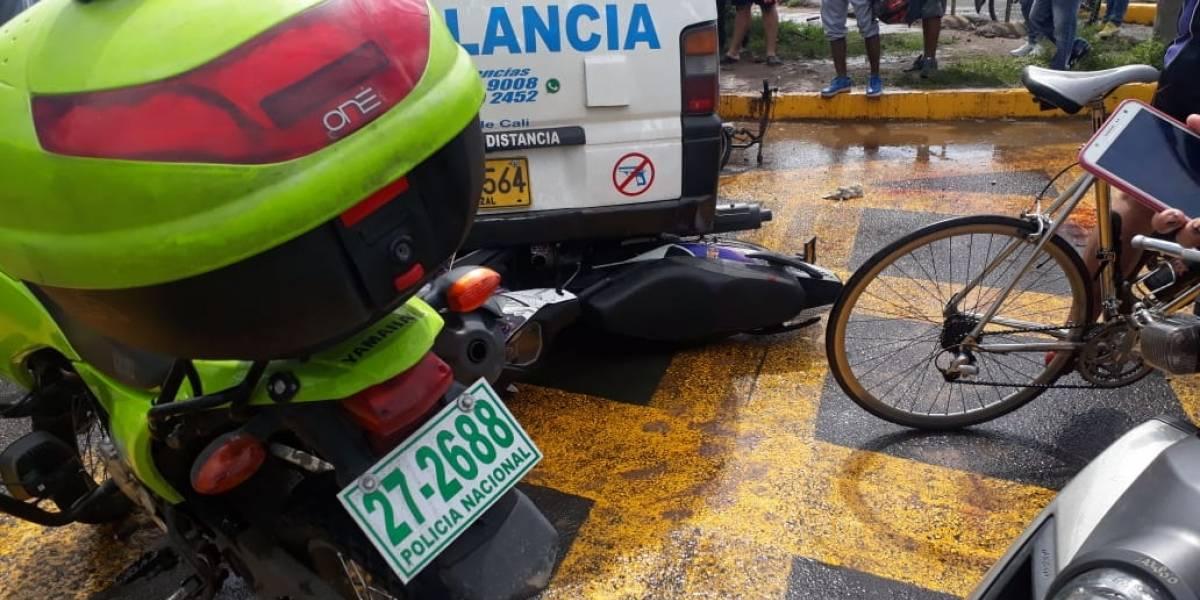 Ambulancia se pasó semáforo en rojo, causó accidente y dejó cuatro heridos
