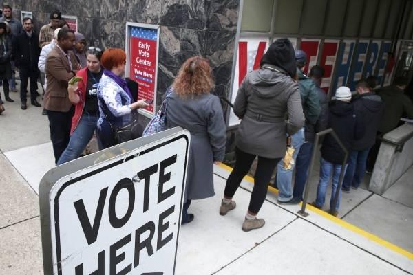 Personas se alinea para votar el último día de la votación anticipada en el Centro de votación anticipada de Minneapolis el lunes 5 de noviembre de 2018, en Minneapolis. (Foto AP / Jim Mone)