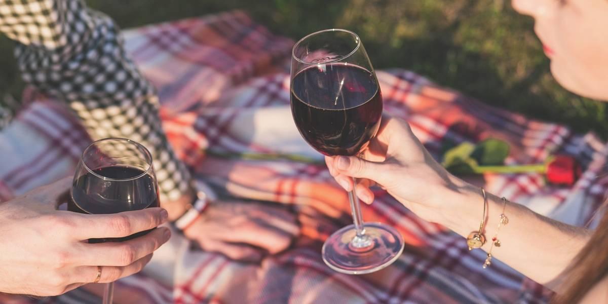 Estudo comprova: casal que bebe junto permanece junto
