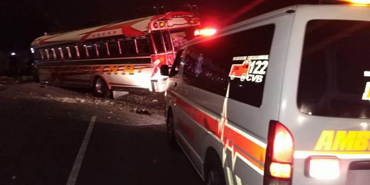 Bus extraurbano pierde el control y choca contra picop en carretera a El Salvador