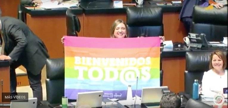 La senadora Xóchitl Gálvez celebró con una bandera de la comunidad LGTTB+. Foto: Captura de Pantalla.