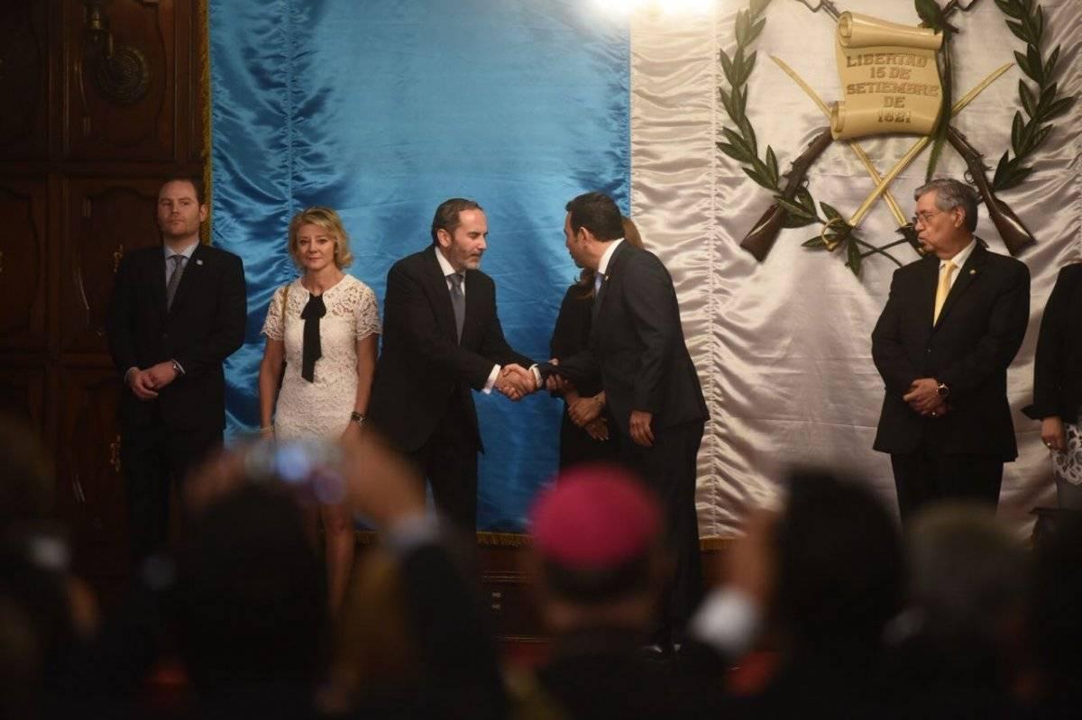 Presidente entrega reconocimiento a embajador de Colombia, Carlos Pulido