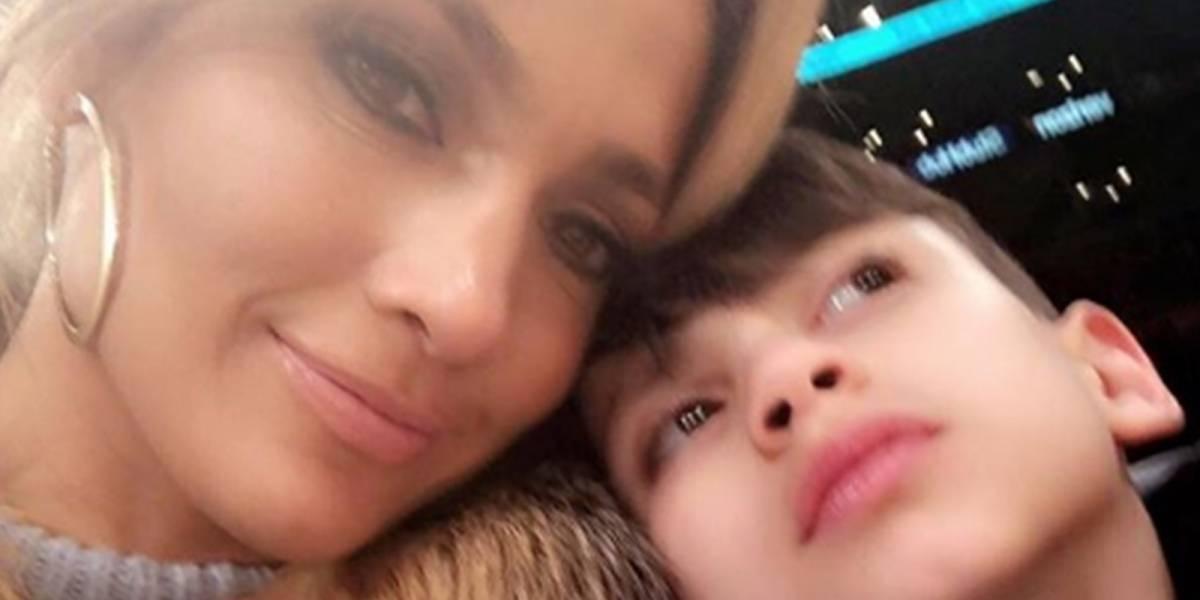 Jennifer López le da tremendo regaño a su hijo Max en público