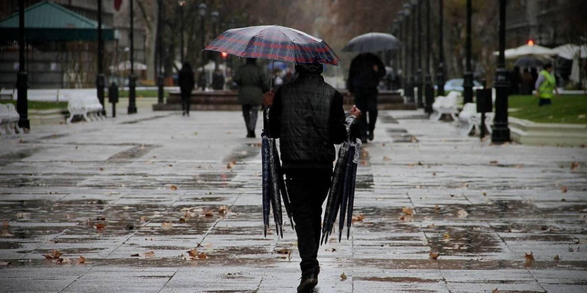 ¿Volverán las lluvias a Santiago? Máximas llegarán hoy a 32 grados y tres días después llegará un sistema frontal