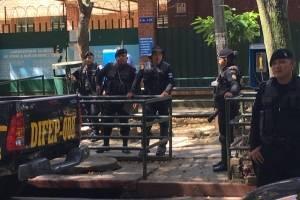 Policías llegan al hospital Roosevelt.