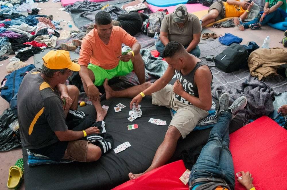 La Caravana migrante busca entretenerse en el albergue. Foto: Cuartoscuro