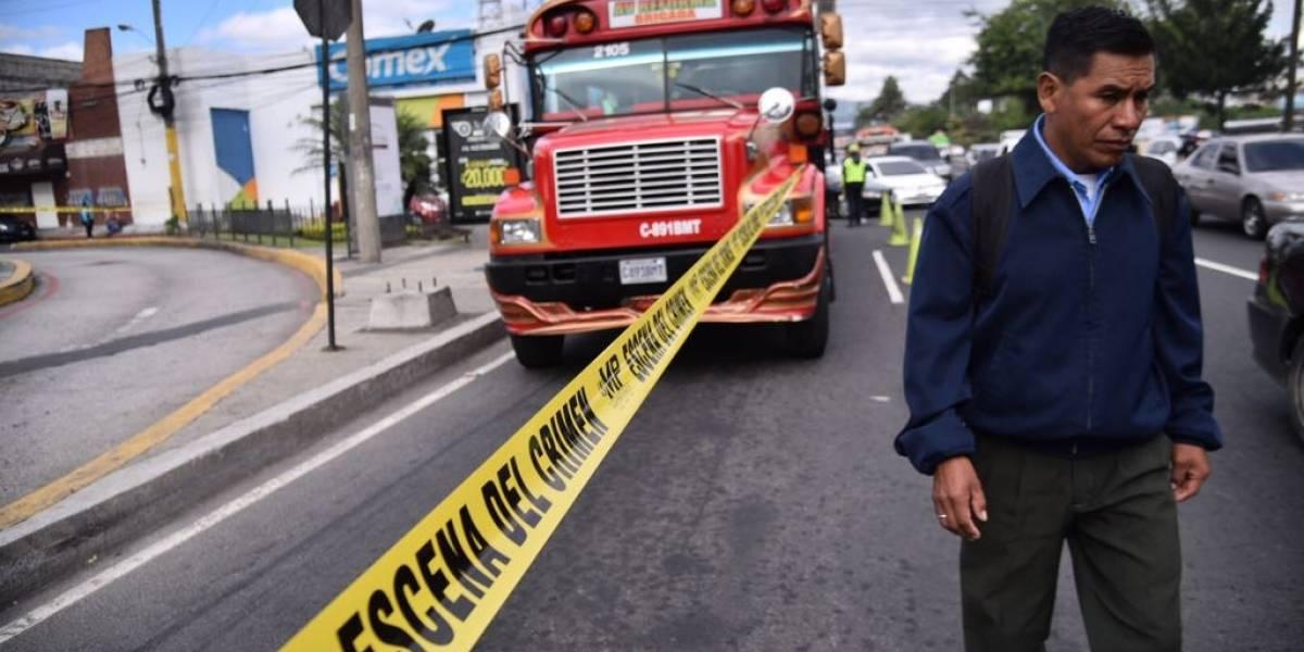 Pasajero se enfrenta a ocho delincuentes, uno muere y otro resulta herido