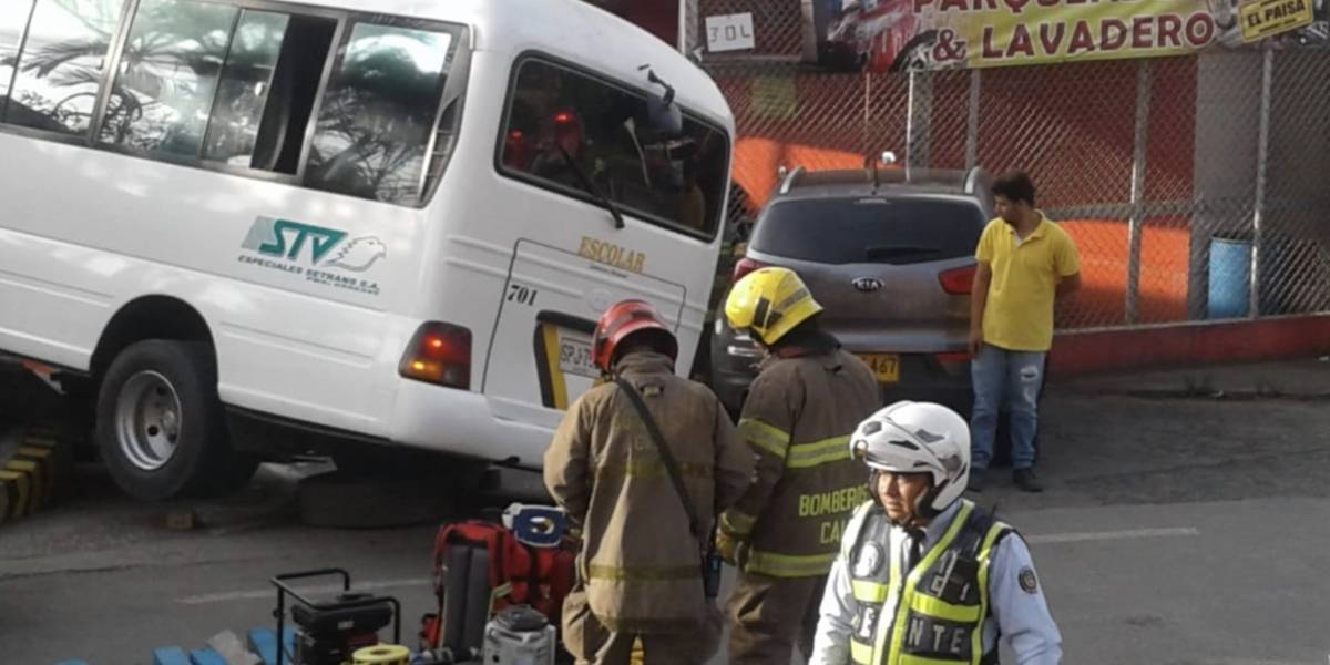 Así fue el choque de un bus escolar en Cali que dejó siete lesionados
