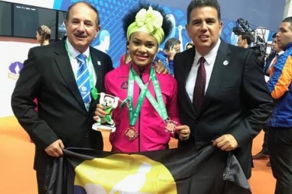 Neisi Dajomes logra bronce y bate récords en Mundial de Levantamiento de Pesas