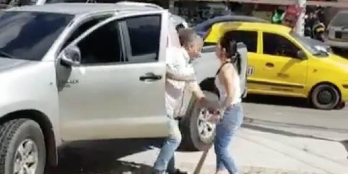 Sorprende a esposo infiel en la calle y lo batea
