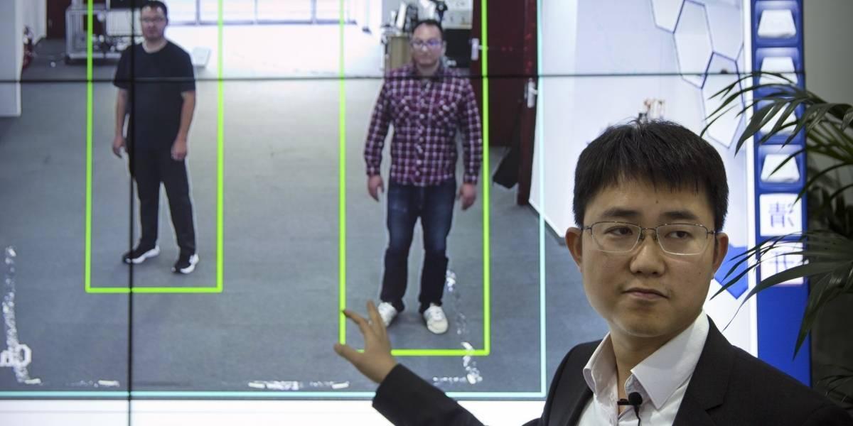 """Sistema chino te puede reconocer solo """"observando"""" tu forma de caminar"""