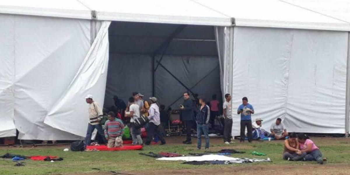 Migrantes se refugian en carpas que utilizaron en el GP de México