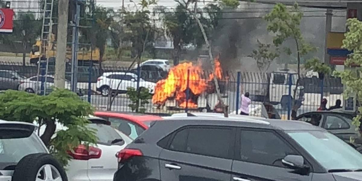 Veículo pega fogo e assusta motoristas na marginal Tietê; veja fotos