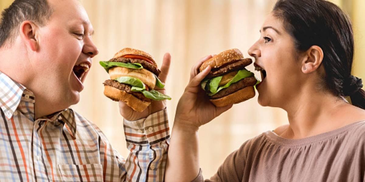 Tener pareja engorda: personas suben 8 kilos en promedio durante primer año de la relación y 16 con el paso del tiempo