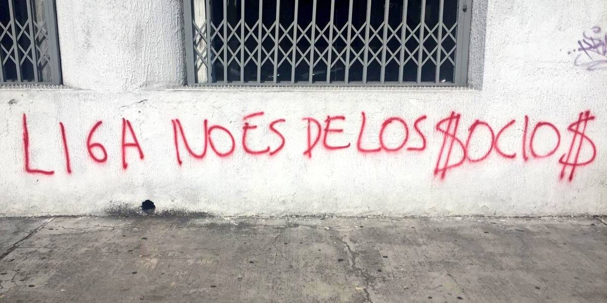 FOTOS: Paredes del Portal de Liga fueron pintadas con mensajes contra los socios
