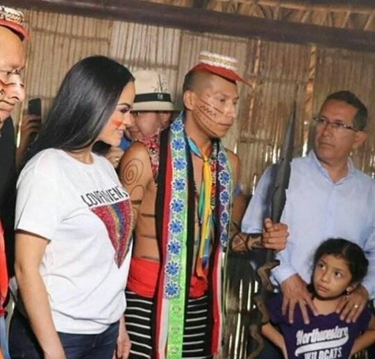 Natti Natasha con la gente de Santo Domingo de los Tsáchilas