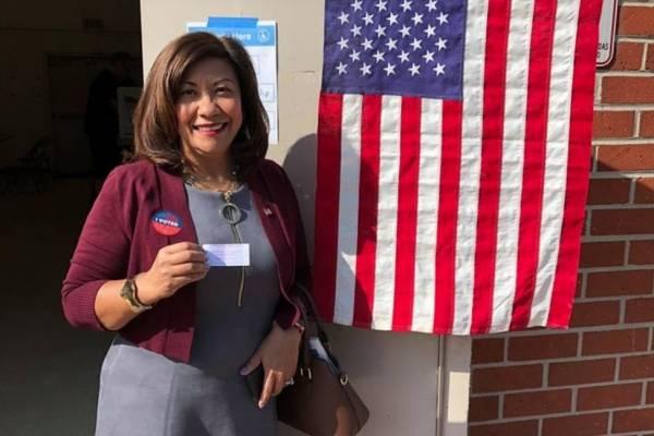 Norma Torres vota en las legislativas de Estados Unidos 2018