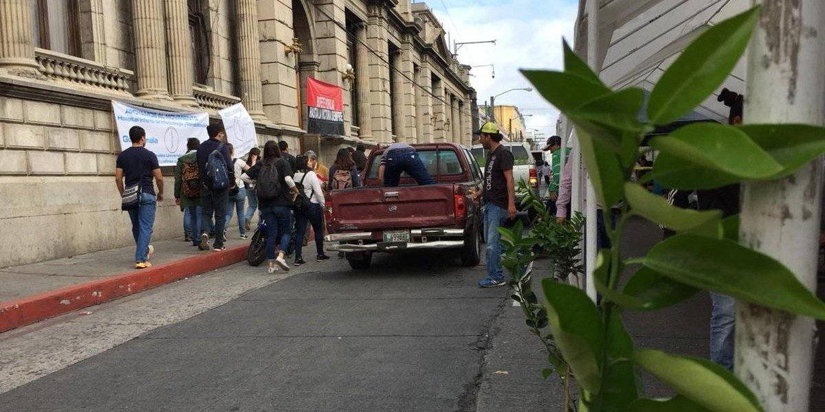 Estudiantes y trabajadores de la Usac se instalan frente al Congreso para exigir presupuesto