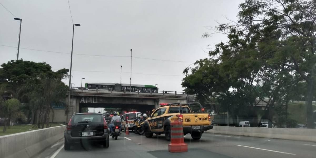 Caminhão entala embaixo de ponte e trava marginal Tietê; veja trânsito