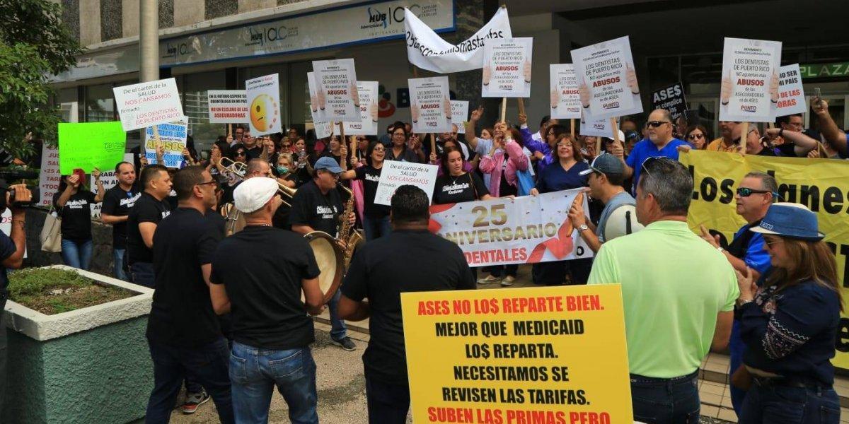 Dentistas protestan contra aseguradoras para reclamar tarifas justas