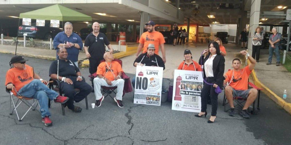 Trabajadores de la UPR se encadenan para defender su retiro