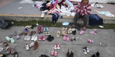 Ropa y zapatos donados para los migrantes en México.