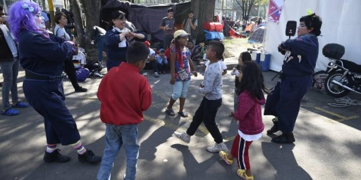 Boxeo y cortes de pelo, así pasan el tiempo los migrantes hondureños de la caravana