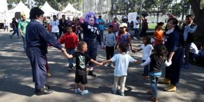 Niños parte de la caravana juegan en la ciudad de México