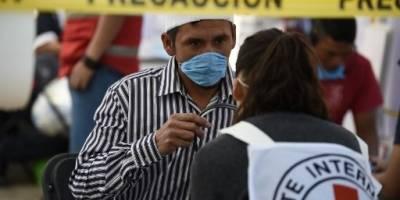 La cruz roja atiende a los migrantes hondureños en México.