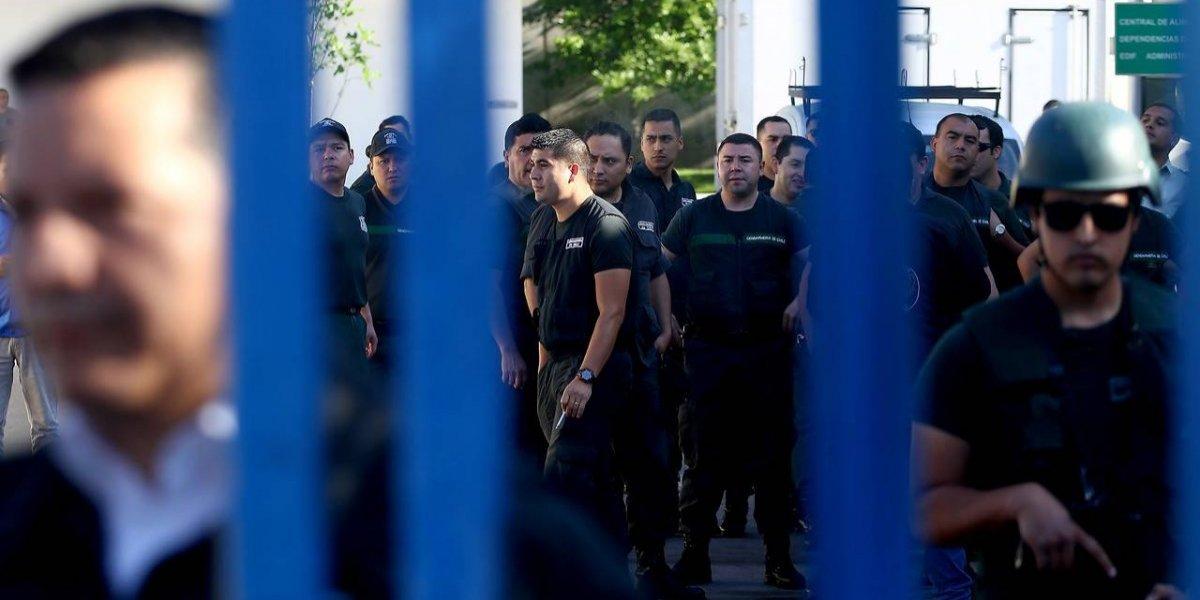 Alerta máxima: Gendarmes y Carabineros se muestran los dientes por bloqueo de la calle afuera de Santiago 1