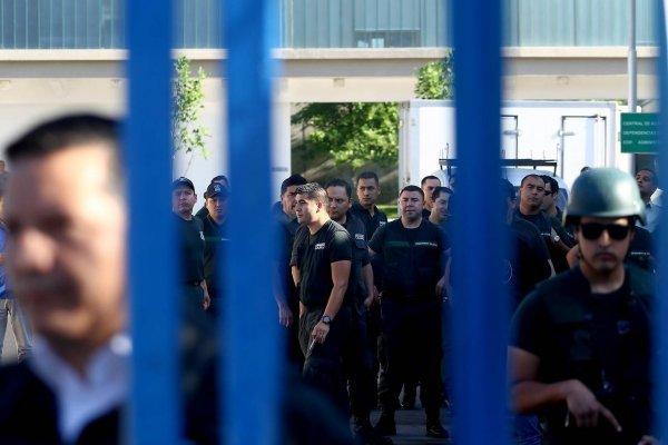 Gendarmes y Carabineros se muestran los dientes por bloqueo de la calle