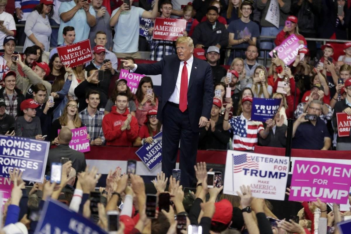 El presidente Donald Trump habla en un mitin de campaña en el Allen County War Memorial Coliseum en Fort Wayne, Indiana, el lunes 5 de noviembre de 2018. (Foto de AP / Michael Conroy)