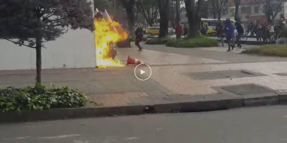 Vándalos intentaron quemar a policías en medio de las marchas estudiantiles