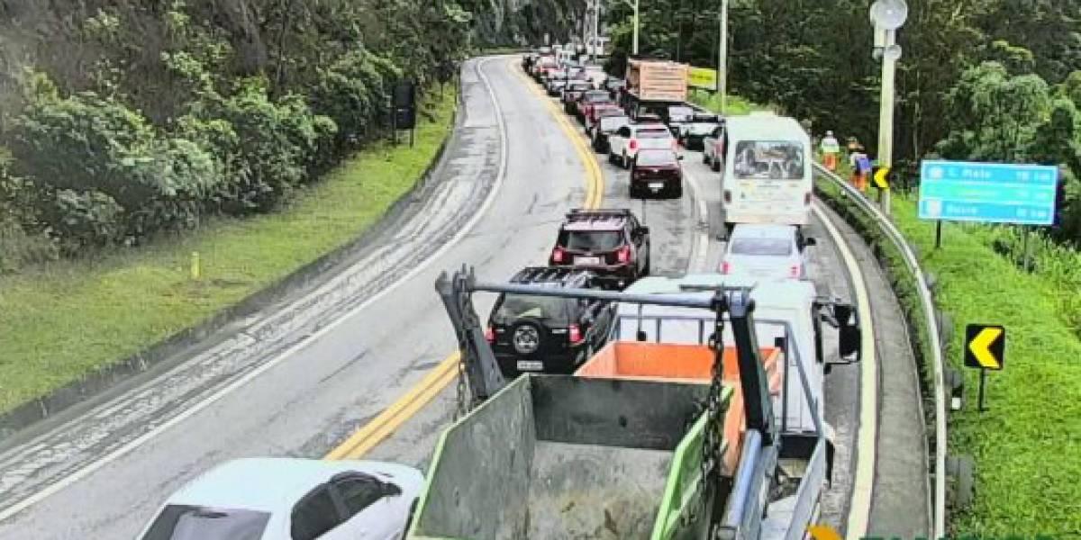 Rodovia dos Tamoios é interditada por risco de queda de barreiras