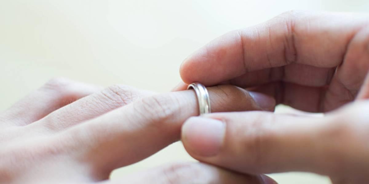 VIDEO: Mujer sorprendió a su esposo con una amante y los enfrentó con un bate