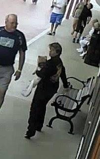 mulher roubando cachorro