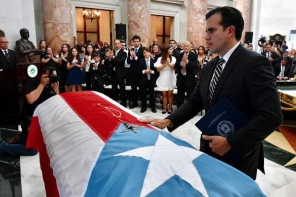 Gobernador Ricardo Rosselló frente al féretro de Héctor Ferrer Ríos. Foto vía Twitter @ricardorossello