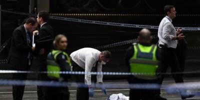 La policía de Melbourne inspecciona la escena del crimen.