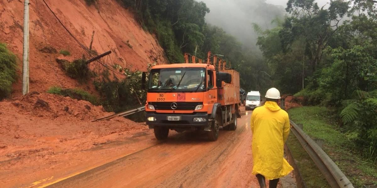 Rodovia Tamoios é bloqueada nos dois sentidos por risco de queda de barreira