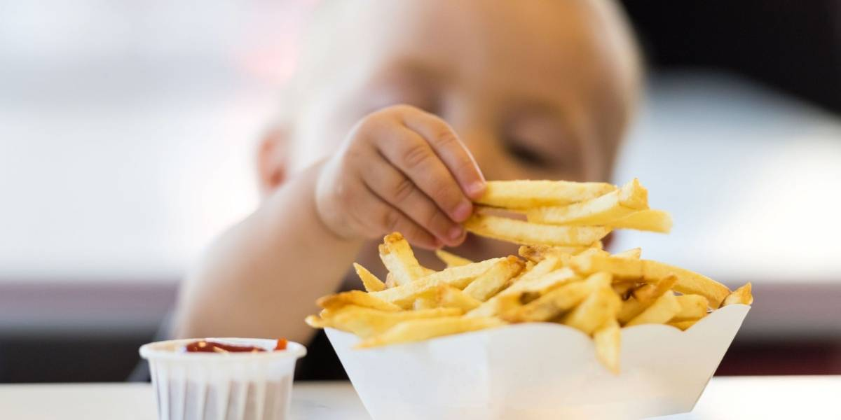 """¡Adiós papas fritas! Proyecto de ley busca regular el """"menú para niños"""" en los restaurantes"""