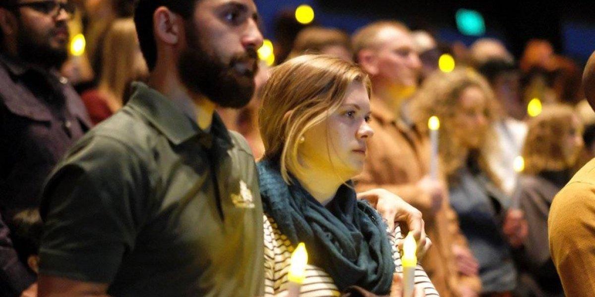 California llora a los muertos en balacera en bar