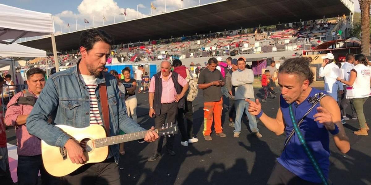 VIDEO. Café Tacvba visita albergue de Caravana Migrante y da concierto