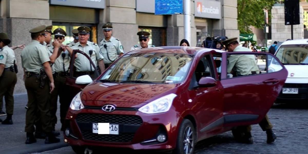 Minutos de tensión en La Moneda: vehículo cruza a alta velocidad en plena Plaza de la Ciudadanía y exige ver a Piñera