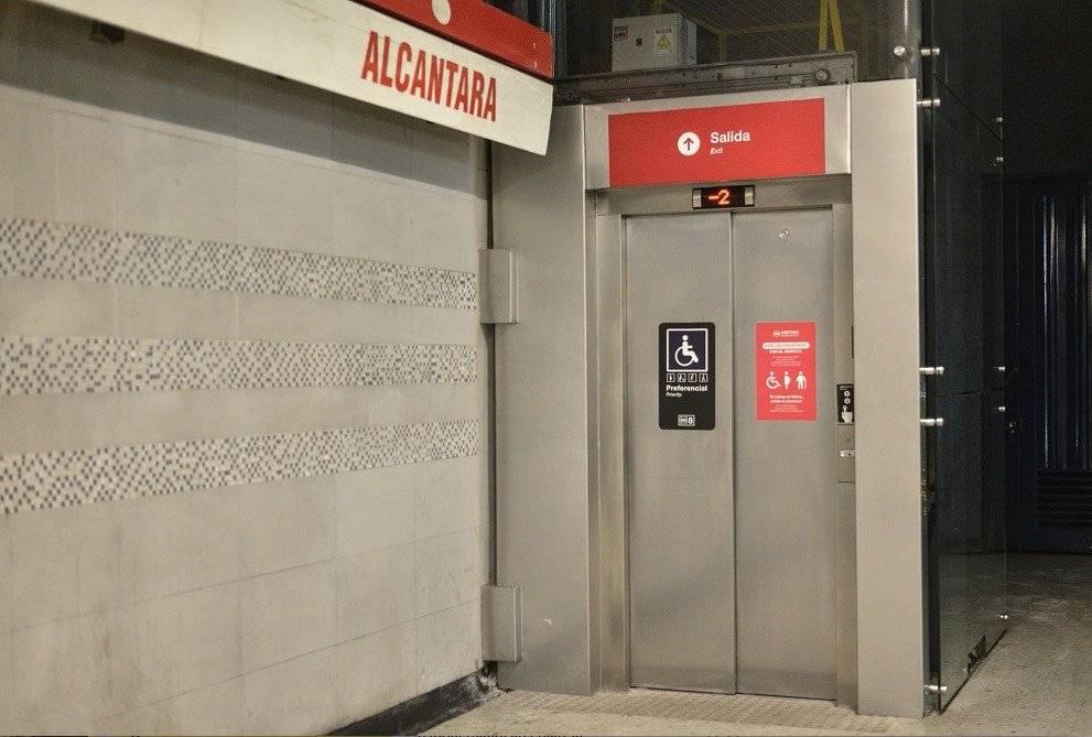 Metro en estación Alcántara